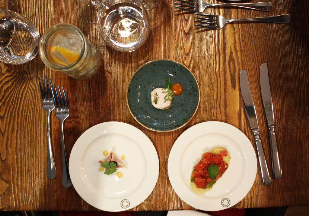 Amuse bouche, czyli tzw. czekadełka: bruschetta z ziołowym pesto, tatar z tuńczyka z majonezem sojowym i schab z morelą.