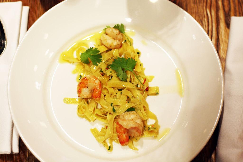 Mój zdecydowany faworyt: robione na miejscu tagliatelle aglio olio z kolendrą, pietruszką, oliwą chilli i krewetkami.