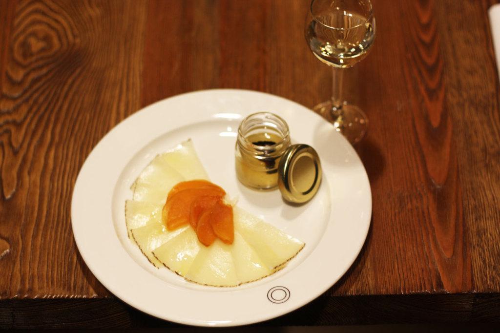Nietypowy deser nr II: dojrzewający ser Manchego z morelami, przełamany oliwą truflową.